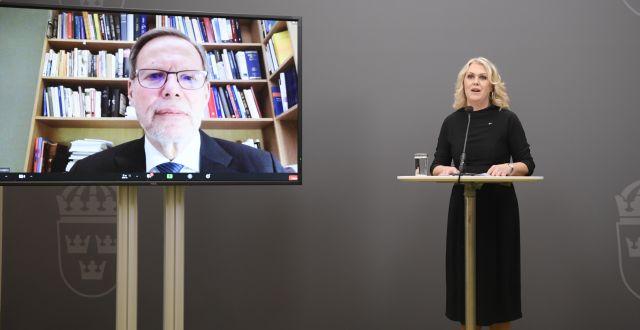 Coronakommissionens Mats Melin med Lena Hallengren på en pressträff i veckan. Amir Nabizadeh/TT / TT NYHETSBYRÅN