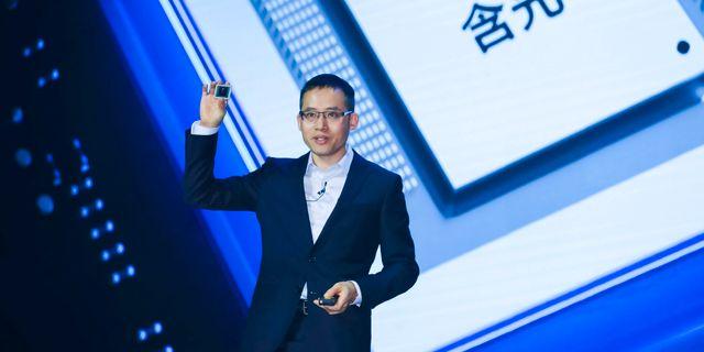 Alibabas teknikchef Jeff Zhang visar upp det nya chippet.  CHINA STRINGER NETWORK / TT NYHETSBYRÅN