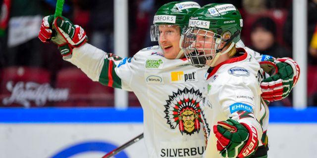Rasmus Dahlin (höger) jublar med Simon Hjalmarsson. Björn Lindgren/TT / TT NYHETSBYRÅN