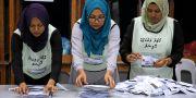 Valarbetare räknar rösterna.  ASHWA FAHEEM / TT NYHETSBYRÅN