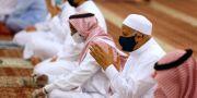 Män bär munskydd i en moské i Jeddah. Amr Nabil / TT NYHETSBYRÅN