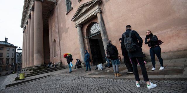 Allmänhet och media utanför domstolslokalen i Köpenhamn på måndagsmorgonen. Johan Nilsson/TT / TT NYHETSBYRÅN