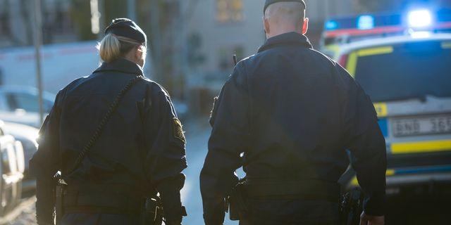 Två poliser i yttre tjänst framför en polisbil. FREDRIK SANDBERG / TT / TT NYHETSBYRÅN