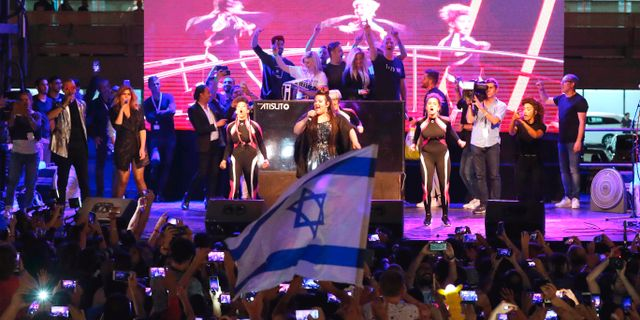Netta framför sitt nummer i Tel Aviv efter att ha kommit hem från Eurovisionsegern. JACK GUEZ / AFP