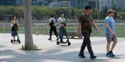 Åkare i en park i Singapore. ROSLAN RAHMAN / AFP