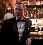 """Daniel Craig som James Bond i den nya filmen """"No time to die"""". Här tillsammans med Ana de Armas. Nicola Dove / TT NYHETSBYRÅN"""