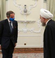 President Hassan Rouhani, till höger, välkomnar IAEA:s chef  Rafael Mariano Gross under ett möte i augusti.  TT NYHETSBYRÅN
