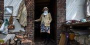En äldre kvinna i ansiktmask, i Montigny-Le-Chartif, i centrala Frankrike.  JEAN-FRANCOIS MONIER / TT NYHETSBYRÅN