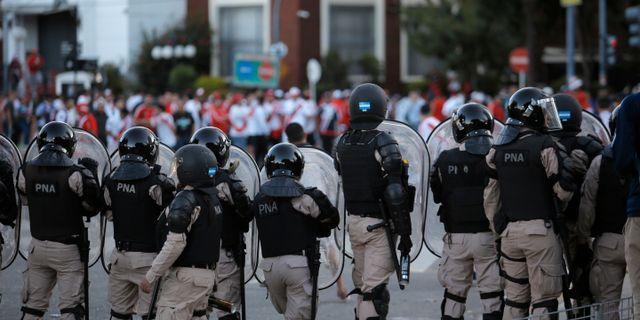 Polis motar bort fotbollssupportrar utanför stadion. Sebastian Pani / TT NYHETSBYRÅN/ NTB Scanpix