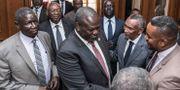 Riek Machar i mitten. YONAS TADESSE / AFP