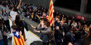 Demonstranter ställde sig på ett tunnelbanespår i Barcelona.  Daniel Cole / TT NYHETSBYRÅN