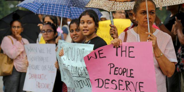 Kvinnor demonstrerar mot resident Maithripala Sirisena i huvudstaden Colombo. Rukmal Gamage / TT NYHETSBYRÅN/ NTB Scanpix