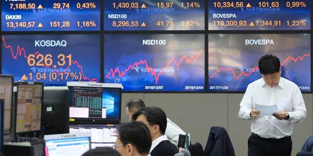 Illustrationsbild: Valutahandlare på KEB Hana Bank i Sydkorea.  Ahn Young-joon / TT NYHETSBYRÅN