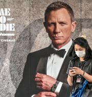 """Affisch för """"No time to die"""". MLADEN ANTONOV / TT NYHETSBYRÅN"""
