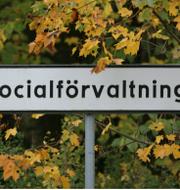En skylt till en socialförvaltning samt Sofia Damm och Jakob Forssmed.  TT