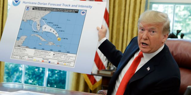 Trump med den omtalade kartan. Evan Vucci / TT NYHETSBYRÅN