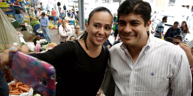 Carlos Alvarado Quesada tar selfie med en anhängare. JUAN CARLOS ULATE / TT NYHETSBYRÅN