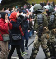 Poliser drabbar samman med demonstranter. TT NYHETSBYRÅN