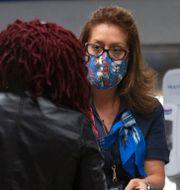 American Airlines-anställd hjälper kund checka in. Arkivbild. David Santiago / TT NYHETSBYRÅN