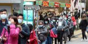 Människor köar för att köpa ansiktsmasker utanför en butik i Hongkong på lördagen.  Achmad Ibrahim / TT NYHETSBYRÅN
