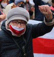 En äldre kvinna demonstrerar i Minsk i måndags. TT NYHETSBYRÅN