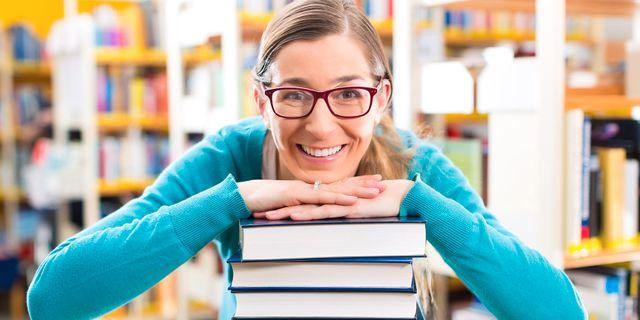 Illustrationsbild av person som faktiskt läser böcker. TT