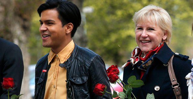 Margot Wallström går i Socialdemokraternas förstamajtåg i Karlstad med SSU:s Philip Botström. Linn Malmén/TT / TT NYHETSBYRÅN