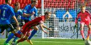 ÖFK:s Johan Bertilsson dyker efter bollen Halmstads straffområde. Robert Henriksson / TT NYHETSBYRÅN