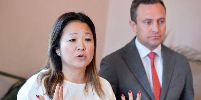 Jessica Polfjärd och Tomas Tobé (M) presenterar nya förslag mot hedersförtryck under en pressträff i riksdagen. Jessica Gow/TT / TT NYHETSBYRÅN