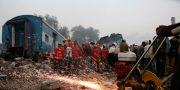 Räddningsarbetare jobbar på olycksplatsen. Rajesh Kumar Singh / TT / NTB Scanpix