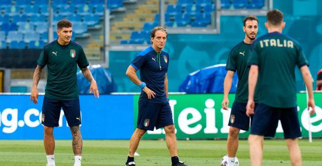 Italiens förbundskapten Roberto Mancini tillsammans med sina spelare under träningen på Olympiastadion i Rom under torsdagen. Alessandra Tarantino / TT NYHETSBYRÅN