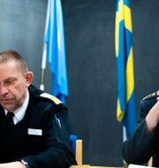 Försvarsmaktens Mats Ström och Carl-Axel Blomdahl under en pressträff om fallet i februari. Ali Lorestani / TT / TT NYHETSBYRÅN