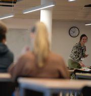 Studenter i provsalen på Stockholms universitet där söndagens högskoleprov genomförs. Janerik Henriksson/TT / TT NYHETSBYRÅN