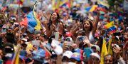 Supportar till oppositionsledaren Juan Guaidó under ett tal tidigare i veckan. Fernando Llano / TT NYHETSBYRÅN/ NTB Scanpix