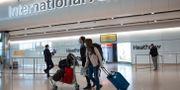 Resenärer anländer till Heathrow  Matt Dunham / TT NYHETSBYRÅN