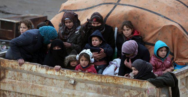 Syriska flyktingar på väg mot Turkiet. Ghaith Alsayed / TT NYHETSBYRÅN