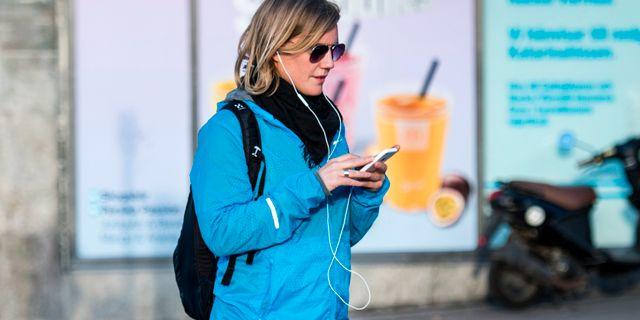Illustrationsbild: Kvinna med mobil i Stockholm. Marcus Ericsson/TT / TT NYHETSBYRÅN