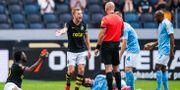 AIK:s Sebastian Larsson reagerar på ett domslut efter en duell mellan AIK:s Chinedu Obasi och Malmö FFs Behrang Safari JESPER ZERMAN / BILDBYRÅN