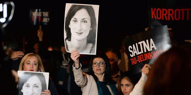 Demonstranter håller upp plakat på Daphne Caruana Galizia.  MATTHEW MIRABELLI / AFP