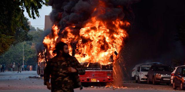 Brinnande buss i New Delhi. STR / AFP