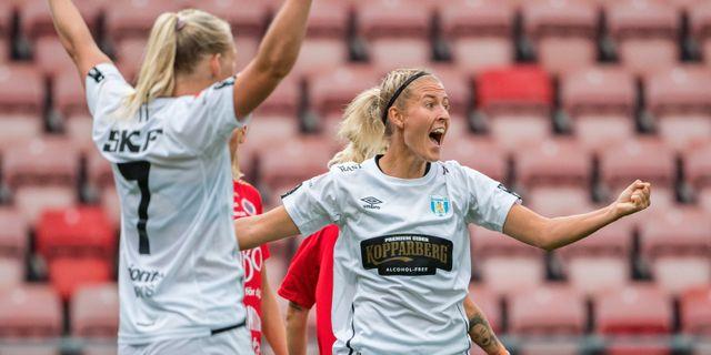 Göteborgs Stina Blackstenius och Emma Kullberg jublar efter matchens enda mål. FREDRIK KARLSSON / BILDBYRÅN