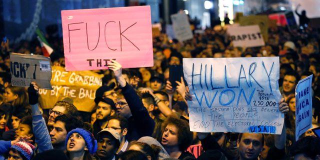 Demonstranter håller upp skyltar i Chicago. KENA BETANCUR / AFP