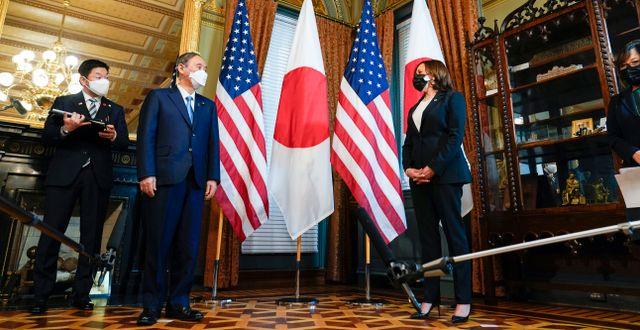 Yoshihide Suga med USA:s vicepresident Kamala Harris.  Susan Walsh / TT NYHETSBYRÅN