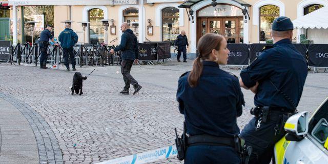 Polisens kriminaltekniker och vapenhund arbetar utanför en restaurang/nattklubb på Stortorget på lördagsmorgonen. Johan Nilsson/TT / TT NYHETSBYRÅN