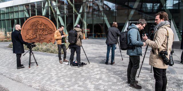 Journalister utanför Swedbanks huvudkontor den 27 mars.  Lars Pehrson/SvD/TT / TT NYHETSBYRÅN