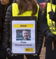 Skylt som visar Ahmadadreza Djalali. Hossein Salmanzadeh/TT / TT NYHETSBYRÅN