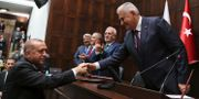 Erdogan tar i hand med tidigare premiärministern Binali Yildirim. TT / NTB Scanpix