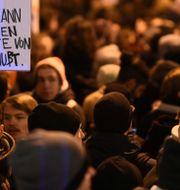 """Protester i Berlin efter händelserna i Thüringens delstatsparlament. """"Ingen kan säga senare att han eller hon inte visste om någonting"""", står det på skylten. ANNEGRET HILSE / TT NYHETSBYRÅN"""