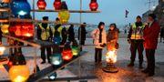Ljuslyktor har tänts på Raoul Wallenbergs torg i Stockholm under en ceremoni på FN:s officiella minnesdag för Förintelsens offer.  Leif R Jansson / TT / TT NYHETSBYRÅN