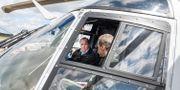Pilot P-O Karlsson förevisar Helikopter 14 för statsminister Stefan Löfven på F17 i Kallinge Johan Nilsson/TT / TT NYHETSBYRÅN